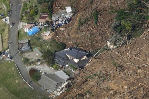 3棟民宅約4戶家庭房屋被毀,其中2戶人家已逃出,不過目前仍有6人失聯,6人中包含90歲老人。(美聯社)