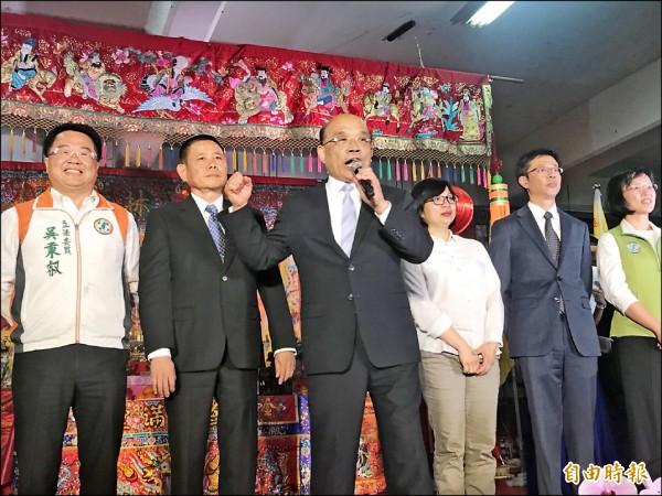 前行政院長蘇貞昌昨晚在新北市林姓宗親會的場合,帶頭喊招牌口號「衝、衝、衝」。(記者葉冠妤攝)