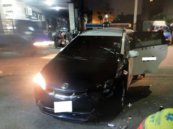 警車與機車相撞,車頭左側毀損。(記者歐素美翻攝)