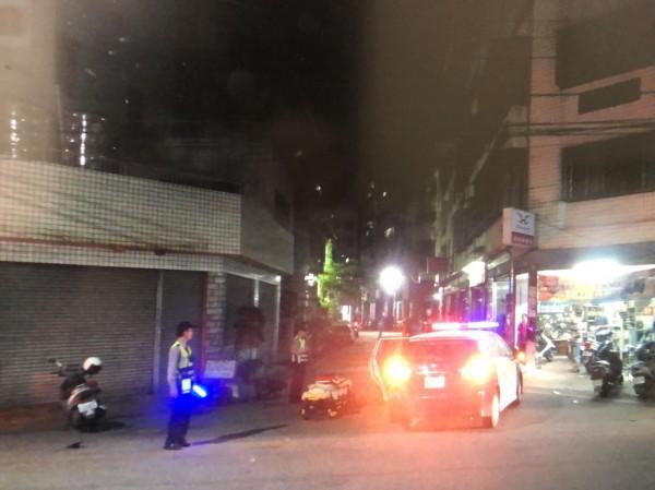 警車追闖紅燈機車,卻在神岡區大漢街口與林男騎乘的機車擦撞,消防隊趕到現場將林男送醫。(記者歐素美翻攝)