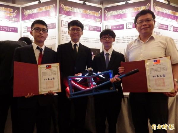 台北城市科技大學機械工程系師生發明「汽機車兩用頂車架」,也已取得我國專利。(記者陳心瑜攝)