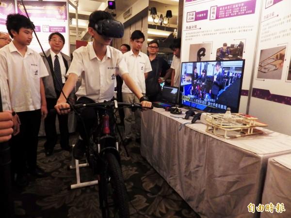 新北市光仁中學國中部學生發明的「VR腳踏車」獲美國匹茲堡國際發明展、瑞士日內瓦國際發明展雙料金牌。(記者陳心瑜攝)