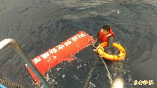 空勤總隊打撈墜海黑鷹直升機不停歇,今日下午打撈出海,並在機艙內發現2具遺體,身分待確認。(記者陳賢義攝)