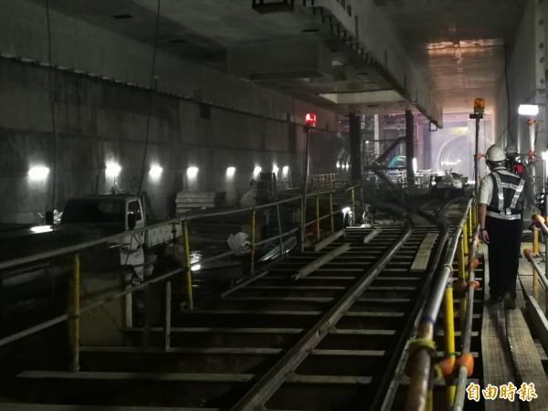 機場捷運站A22老街溪站地下降挖施工。(記者許倬勛攝)