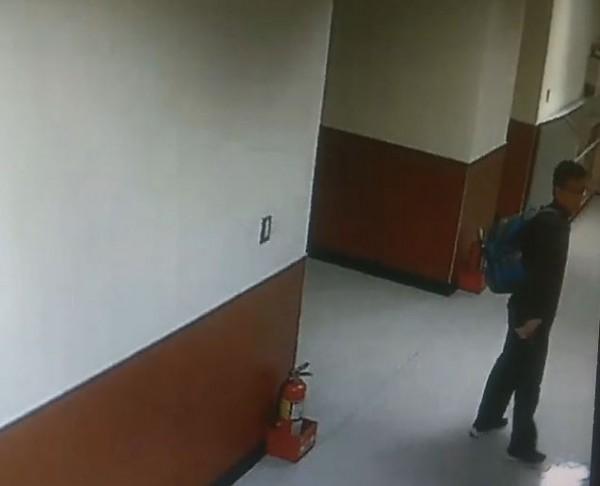 25歲男子張子彥在台灣大學醫學院女廁外逡巡。(記者劉慶侯翻攝)