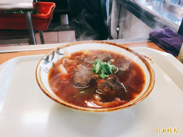 牛肉麵的清甜湯頭,配上軟嫩彈牙的牛肉還有現點現削的刀削麵,抓住許多饕客的胃。(記者魏瑾筠攝)