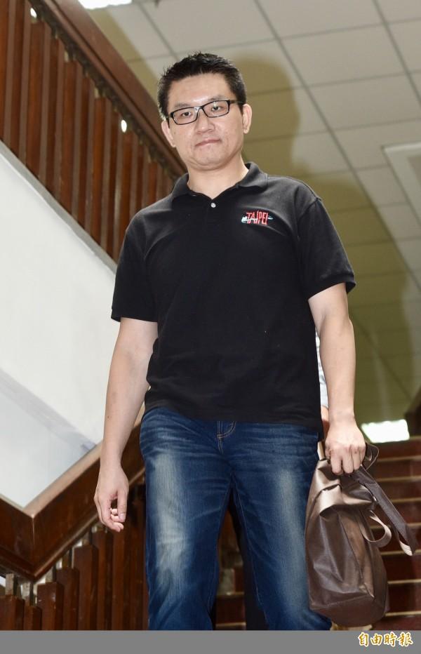 台北地方法院12日開庭審理台北市議員童仲彥涉詐領助理費案。童仲彥於庭訊結束後步出法院。(記者羅沛德攝)