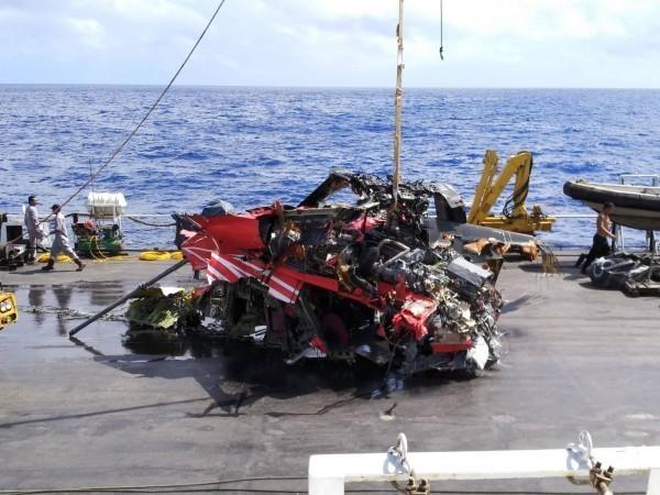 飛安會今天下午成功打撈起黑鷹直升機殘骸,在機艙內發現2具遺體和黑盒子,身分待確認。(飛安會提供)