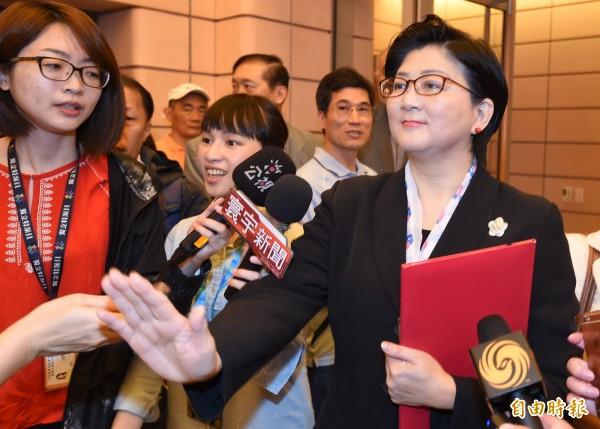 婦聯會主委雷倩(右)憂辜家毀婦聯會資料案成冤案。(資料照)
