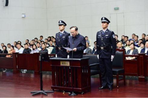 全案今日公開審理,孫政才當庭低頭念稿認罪,稱「自己心服口服,真誠地認罪」。(圖擷取自微博)