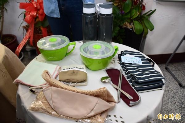 彰化縣環保局推出大甲媽遶境七寶的環保裝備,讓香客隨身使用。(記者張聰秋攝)