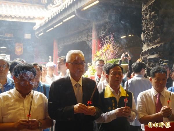 國民黨主席吳敦義(左二)參拜大甲媽祖。(記者張軒哲攝)