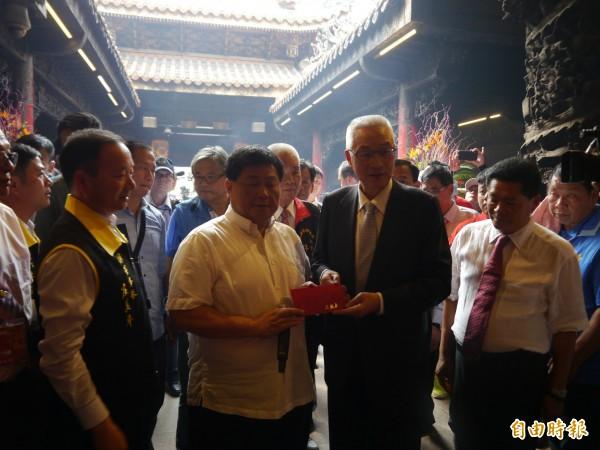 國民黨黨主席吳敦義(右二)致贈香油錢給鎮瀾宮。(記者張軒哲攝)