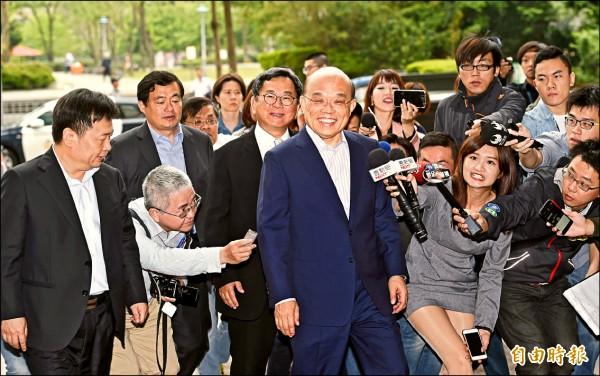 將代表民進黨參選新北市長的前行政院長蘇貞昌,昨赴黨部與總統兼黨主席蔡英文會面,引發媒體追逐。(記者方賓照攝)