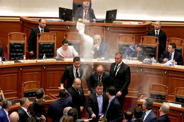 阿爾巴尼亞日前發生高速公路收費爭議,反對黨在國會內對總理拉瑪(Edi Rama)投擲雞蛋和麵粉。(路透)