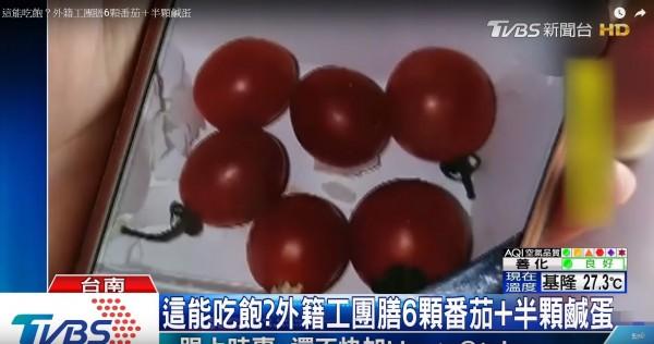 汽車零件供應商「帝寶工業」台南新營廠被爆料,該廠近300位菲律賓和泰國外籍勞工的早餐,只有幾顆番茄和鹹鴨蛋。(圖片擷取自TVBS新聞網影片)