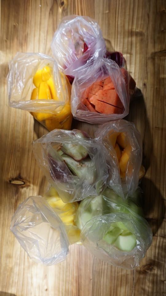 日前有位網友分享,指來台灣讀書的韓國朋友在士林夜市買了7袋水果,竟要價1500元。(圖擷取自爆怨公社)