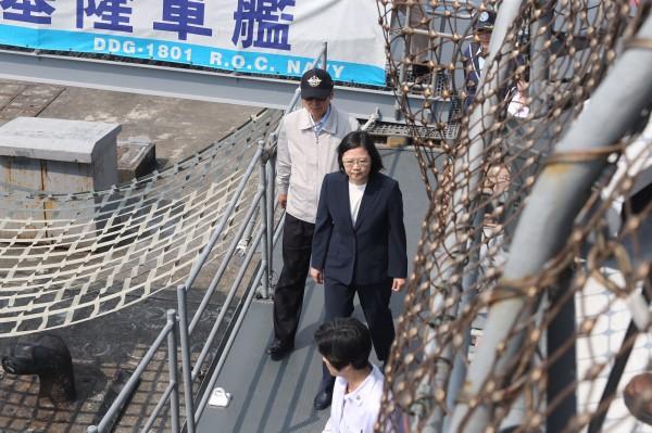 總統蔡英文(中)13日前往海軍蘇澳基地,進行國軍要港防衛與快速應變能力測考的視導行程。(中央社)