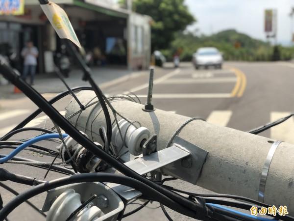 這支電線桿才因被扯斷換新,不料不到半年,今天又被扯斷。(記者湯世名攝)