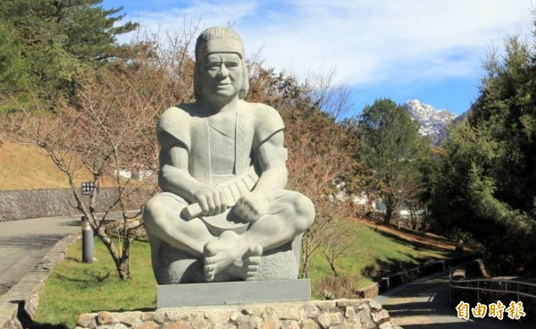 玉山國家公園塔塔加遊憩區入口意象-布農勇士石雕今日揭幕後,儼然成為塔塔加的新地標。(記者謝介裕攝)