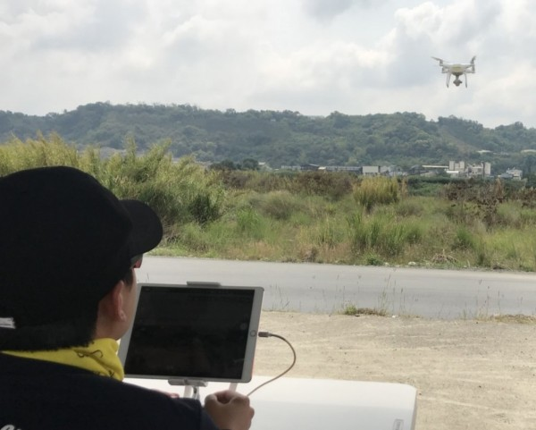 空拍機操作專業訓練,學員認真聽講並實際操作。(台中市政府消防局提供)