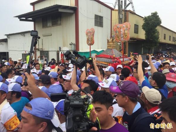 今天下午3時大甲媽祖鑾轎從台中市大度橋進入彰化市區,現場萬頭鑽動,相當熱鬧。(記者湯世名攝)