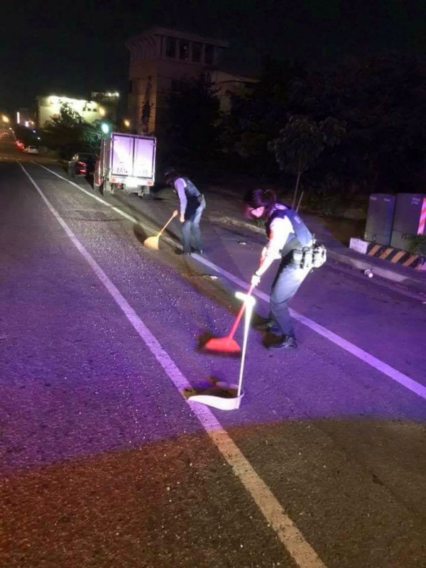李子權和張於歆2位女警夜晚掃街,清除路面砂石。(草屯警方提供)