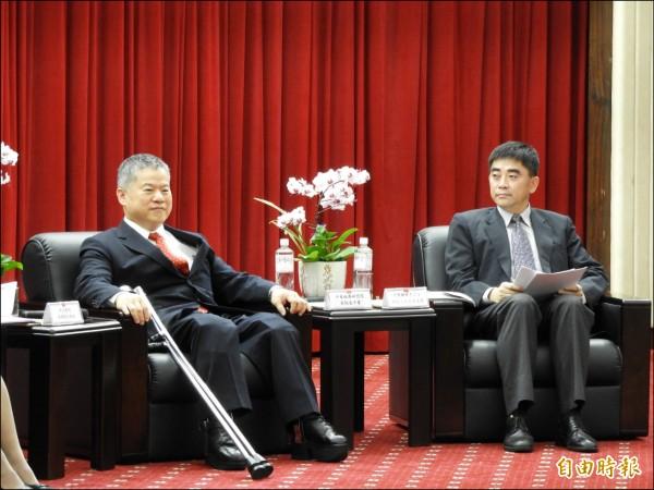 「台灣當前經貿機會及挑戰」研討會,邀請中華經濟研究院院長吳中書(左)與國發會副主委邱俊榮(右)出席演講。(記者陳鈺馥攝)