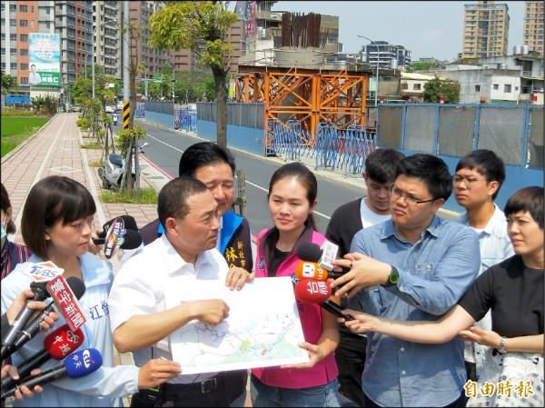 侯友宜(左二)昨天赴三峽視察捷運三鶯線工程。(記者翁聿煌攝)