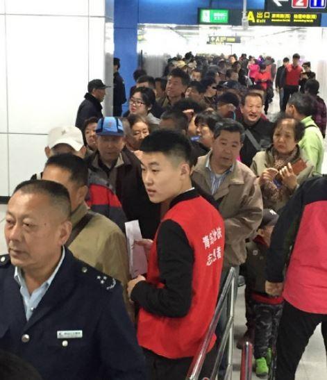 旅客為了免費試乘,擠爆地鐵站。(圖擷自青島日報官方微博)