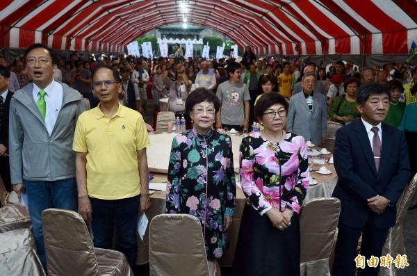 中國強力干預下,台灣要出席下個月的世界衛生大會(WHA)希望渺茫,為凸顯台灣參與的正當性,台灣聯合國協進會與蕭泰然文教基金會等14日在凱道舉辦「2018前進WHA」千人群眾募款餐會,集資前往世衛大會召開地點的瑞士日內瓦,前副總統呂秀蓮(左3)、前行政院長游錫堃(左2)、衛福部長陳時中(右)、外交部次長吳志中(左)、蕭泰然文教基金會董事長陳秀麗(右2)等出席。(記者簡榮豐攝)