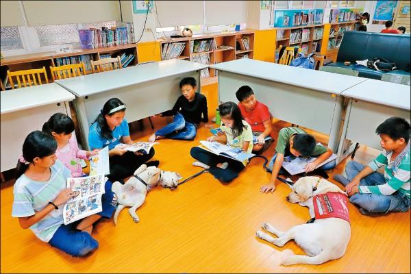 文德國小的陪伴犬閱讀計畫藉由學童講故事給狗狗聽,與狗狗一起愉快學習,並提升閱讀與朗誦的能力。(記者李惠洲/攝影)