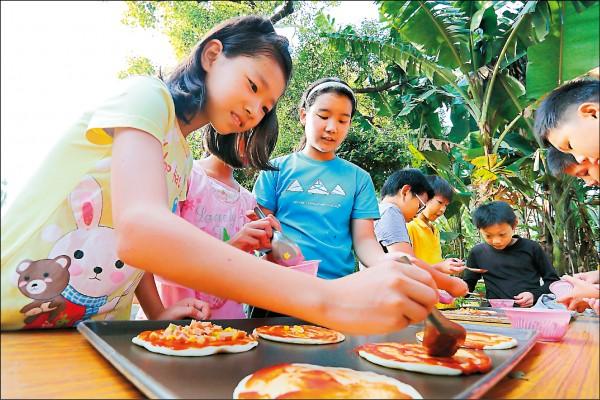 回到學校利用剛採收的鳳梨,由在地烘焙師的指導下自製披薩。(記者李惠洲/攝影)