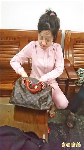 艾莉絲被逮後,對來台灣幾天、接客多少人等問題,微笑說是祕密。(記者王捷攝)