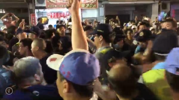 大甲媽今天凌晨經過彰化市民生地下道後,突然爆發三波推擠衝突。(記者湯世名翻攝)