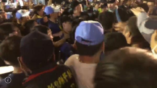 大甲媽今天凌晨經過彰化市民生地下道後,突然爆發三波推擠衝突,情勢緊張。(記者湯世名翻攝)