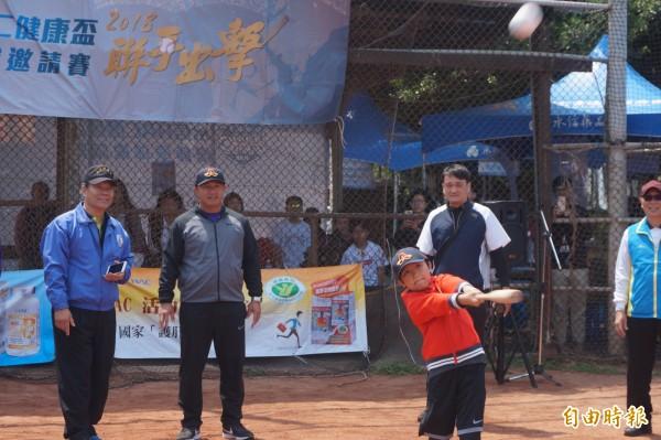 第六屆永信HAC健康盃慢速壘球邀請賽開幕,張泰山的兒子張可洛揮棒架勢十足。(記者歐素美攝)
