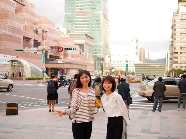 高曼容(左)當日本旅遊節目的導遊,與主持人森高千里(右)相處愉快。(日本節目製作團隊提供)