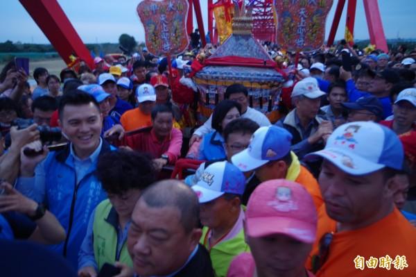 大甲媽祖鑾駕在成千上萬信徒簇擁下通過西螺大橋抵達雲林縣西螺鎮。(記者林國賢攝)
