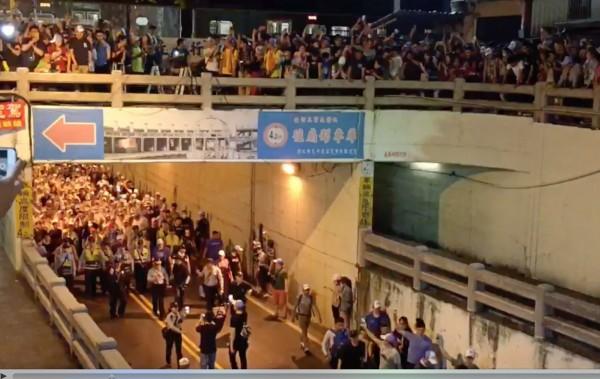 陸橋上站滿民眾要看搶轎,連火車也暫停看熱鬧。(記者陳冠備翻攝)