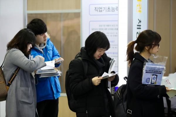 南韓從今年1月起將最低薪資調升16%,目前法定時薪達7530韓元(約新台幣225元),不料最新數據卻顯示,今年第一季度新申請失業救濟的人數創下史上新高。圖為南韓失業者在輔導中心閱讀就業資訊。(資料照,彭博)