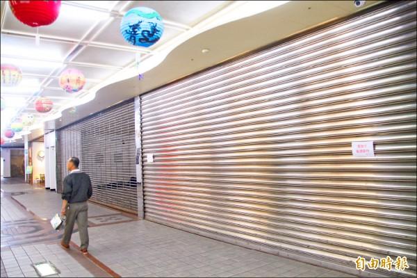 「艋舺龍山文創B2」冷冷清清,甚至數家已拉下鐵捲門,結束營業。 (記者鍾泓良攝)