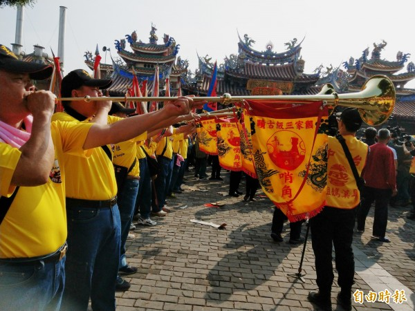 哨角隊低沈的角號音,宣布台灣遶境最久的旱溪媽祖於今天起駕。(記者張瑞楨攝)