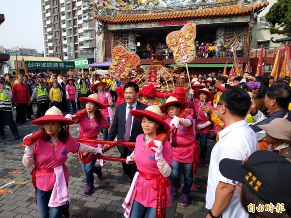 樂成宮的「遶境大屯十八庄」,由市長林佳龍扶轎啟程。(記者張瑞楨攝)