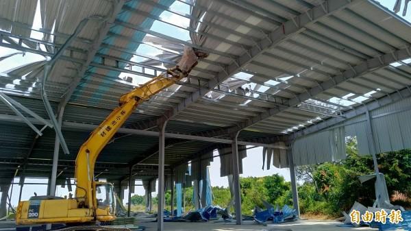 台南市工務局強制拆除安南區一處被移送法辦仍擅自恢復施工的違章建築。(記者劉婉君攝)