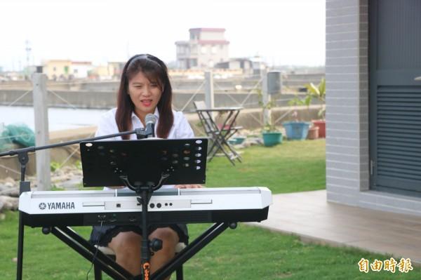 佳南漁場是佳冬首間民宿,更是唯一旅宿業,羅玟玲全家一起養魚、經營,具有街頭藝人執照的她,常常直接在庭園就表演起來。(記者陳彥廷攝)