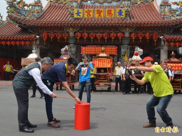 「大屯18庄遶境」今天在台中烏日東女慈聖宮舉辦起駕儀式,副市長張光瑤(左1)受邀點燃起馬炮。(記者陳建志攝)