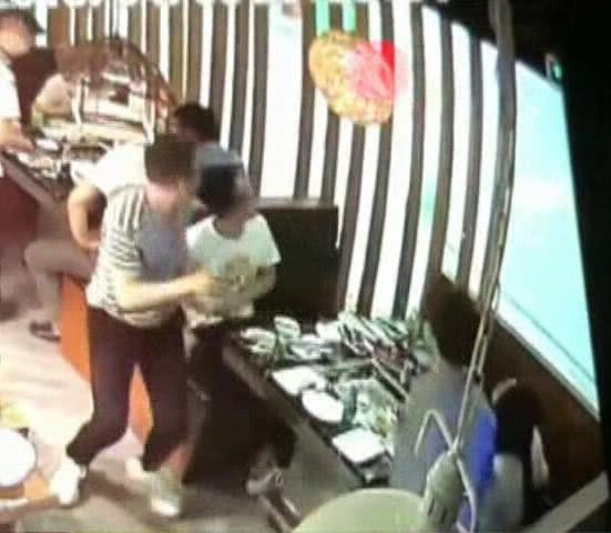 中國又傳老鼠跳到客人餐點中的食安事件。(圖擷自奧一網)
