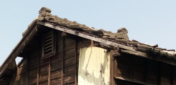 永寧國小舊宿舍屋頂為黑瓦,並留有可避邪的「鬼瓦」。(圖:文資處提供)