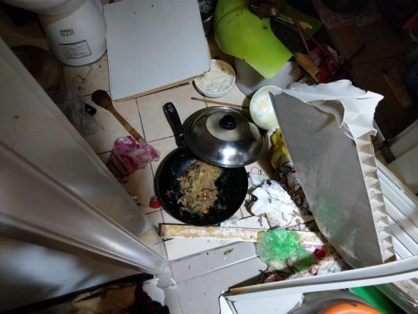 現場鍋具內還有麵條殘留(記者吳昇儒翻攝)